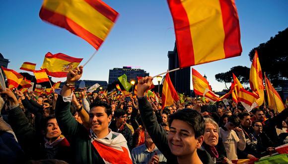 Simpatizantes del partido de extrema derecha Vox participan en el cierre de campaña en Madrid. Este domingo son las elecciones en España. (Reuters).