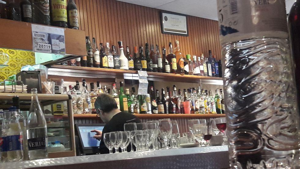 Detalle del bar de Can Roca. Aquí la espera de mesa libre no desespera. (Foto: Travelling Therpins)