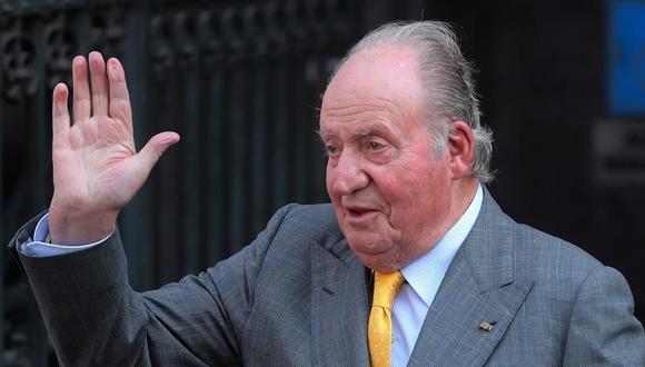 El rey emérito Juan Carlos I comunica a su hijo el rey Felipe VI su decisión de irse a vivir fuera de España. (Foto: EFE/Mario Ruiz).