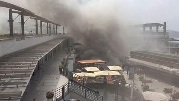 Cuatro muertos y dos heridos -un trabajador y un bombero- fue el salgo del incendio registrado en el centro comercial Larcomar de Miraflores el 16 de noviembre de 2016. Las víctimas mortales se encontraban en las salas de cine y eran trabajadores de UVK. (Foto: El Comercio).