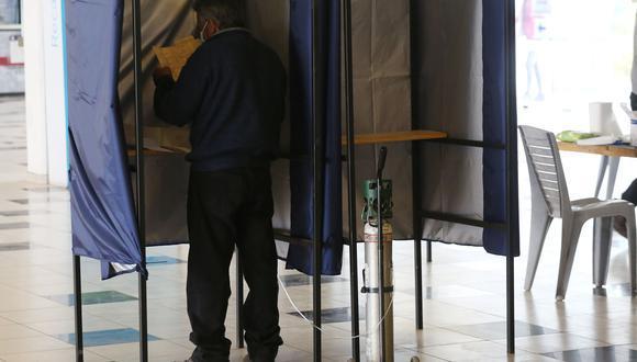 Un hombre acude a un puesto de votación ubicado en el Estadio Monumental hoy, en Santiago (Chile). EFE/ Elvis González