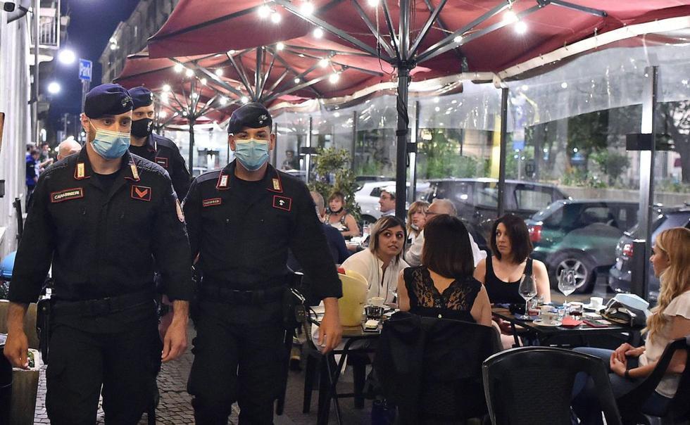 La vida nocturna volvió a Turín luego de que las autoridades de Italia disminuyeran las medidas de confinamiento que adoptaron para frenar la pandemia de coronavirus. (EFE / EPA / Alessandro Di Marco).