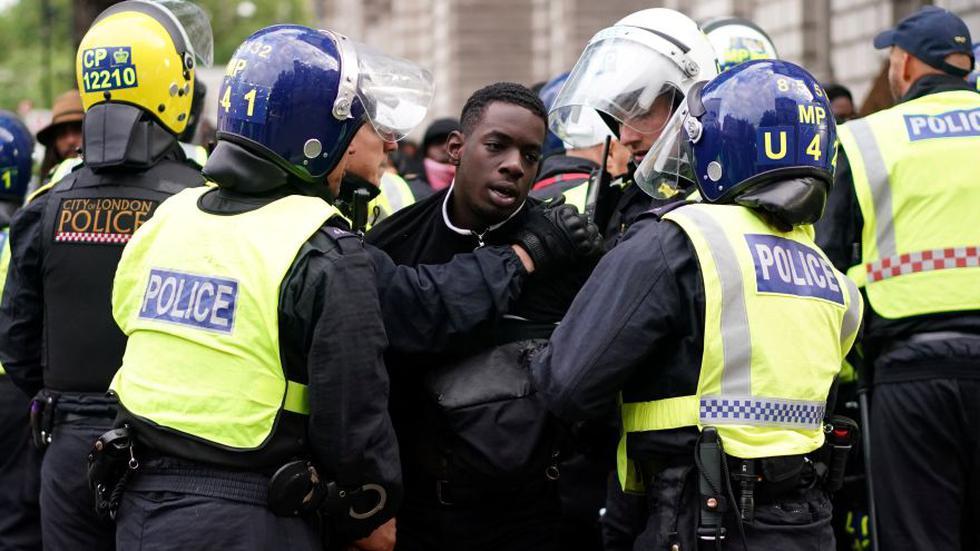 Las manifestaciones por la muerte del afroamericano George Floyd se vivieron este sábado en Londres, Pretoria, París, Berlín y Sídney, entre otras ciudades del mundo. En la imagen, policías contienen a un joven en Londres. (Foto: Reuters / Henry Nicholls)
