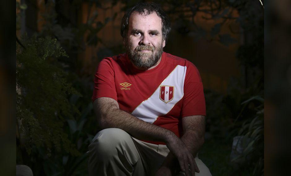 El escritor, José Carlos Yrigoyen, también es hincha de la selección y lo demuestra en este Test Mundialista. (Foto: Alessandro Currarino)