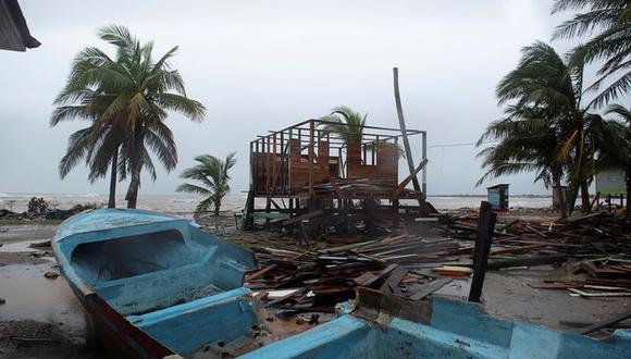 Una lancha dañada captada en la arena mientras el Huracán Iota se aproxima a Puerto Cabezas, Nicaragua, el 16 de noviembre de 2020. (REUTERS/Wilmer Lopez).