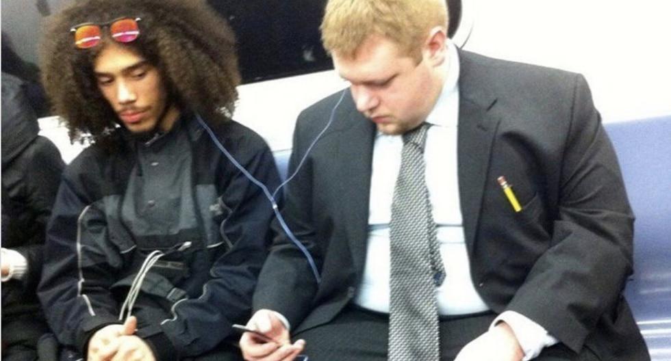 FOTO 1 DE 3: | Una foto viral tomada en 2011 mostraba a este par de amigos compartiendo unos auriculares en el subterráneo de Nueva York. | Crédito: @heyfeifer en Twitter. (Desliza hacia la izquierda para ver más fotos)