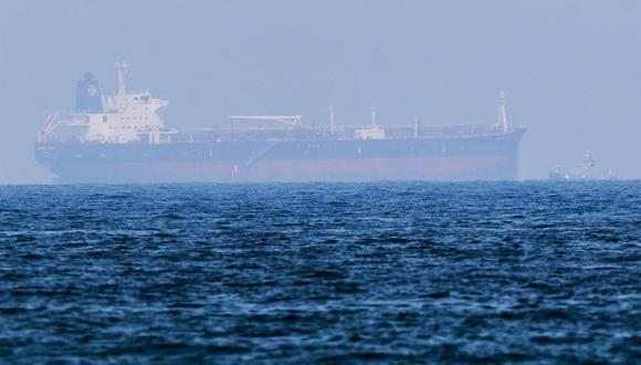 El petrolero de propiedad japonesa Mercer Street llega a la costa de Fujairah, Emiratos Árabes Unidos, el 3 de agosto de 2021. El buque operado por la compañía israelí Eyal Ofer fue atacado frente a las costas de Omán cuatro días antes. (EFE / EPA / ALI HAIDER).