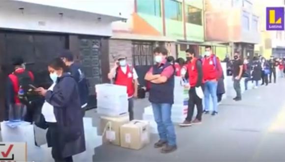 Trabajadores continúan a la espera de poder entregar las ánforas de votación. (Foto: captura Latina)