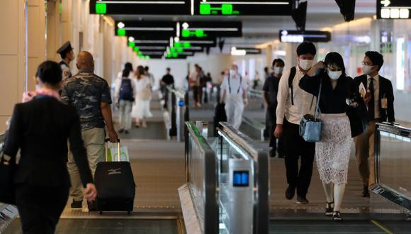 Los pasajeros se dirigen a sus respectivas puertas de salida en la terminal nacional del aeropuerto de Haneda de Tokio, el 25 de julio de 2020. (Kazuhiro NOGI / AFP / Referencial).