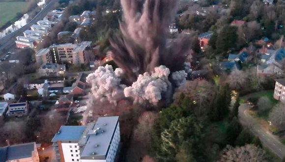 El momento de la detonación controlada en la ciudad de Exeter, Reino Unido. (Foto: Twitter / Devon & Cornwall Police / La Nación de Argentina, vía GDA).