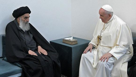 Una imagen proporcionada por la oficina de medios del Vaticano muestra al papa Francisco reuniéndose con el gran  ayatola Alí Sistani, en la ciudad santuario iraquí de Najaf. (AFP).