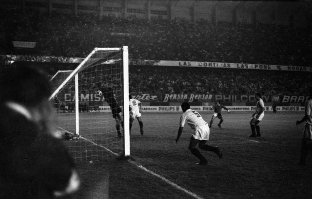 Techera, con la 18 y Chumpi con la 5. Fue el 17 de mayo de 1972, el partido de vuelta por la final de la Copa Libertadores 1972 ante Independiente. FOTO: Archivo Histórico El Comercio.