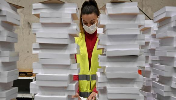 Una operaria organiza parte del material destinado a las elecciones del martes 4 de mayo en la Comunidad de Madrid. (Foto:  EFE/Fernando Villar)