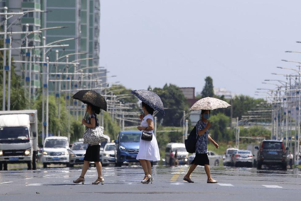 Pyongyang, la capital de Corea del Norte, atraviesa una ola de calor con temperaturas que superan los 35 grados celcius, la media general durante el verano boreal. (Texto: AFP / Foto: AP).