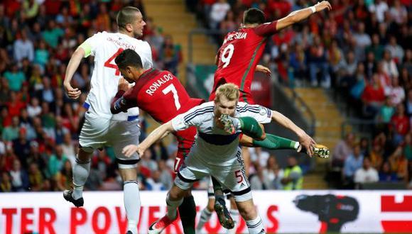 Cristiano Ronaldo le dio un golpe involuntario en la cabeza a Odmar Faero, de Islas Faroe. (Foto: Reuters)