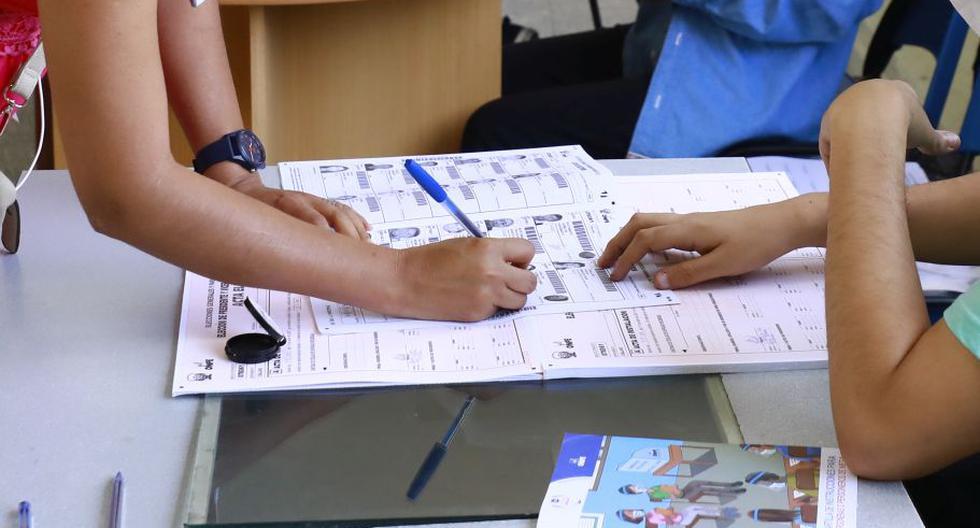 Una ciudadana firmando en su casilla de la lista de electores tras emitir su voto. (Foto: GEC)