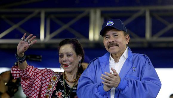 El presidente de Nicaragua Daniel Ortega saluda junto a la vicepresidenta Rosario Murillo. (Foto: EFE).