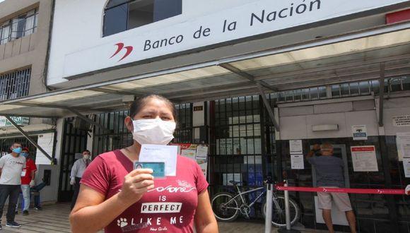 Ciudadana tras haberse acercado a una oficina del Banco de la Nación para cobrar el subsidio otorgado por el Gobierno (Foto: Andina)