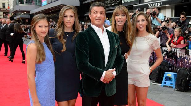 Sylvester Stallone posa con su esposa, Jennifer Flavin, y sus tres hijas (Foto: AP)