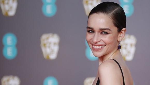 La británica Emilia Clarke  señaló que fue madre quien le enseñó a maquillarse y cuidad de manera correcta su piel. (AFP).