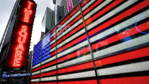 Un letrero de neón con la bandera de Estados Unidos en Times Square, Nueva York. (Foto: TIMOTHY A. CLARY / AFP).