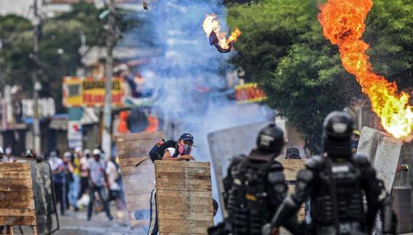 Manifestantes chocan con la policía antidisturbios durante una protesta contra un proyecto de ley de reforma tributaria lanzado por el presidente colombiano Iván Duque, en Cali, Colombia el 29 de abril de 2021. (Foto: AFP / Paola MAFLA).