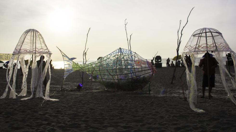 Las esculturas en forma de pez y medusas lograron visibilizar todo el plástico que se consumió durante el desarrollo del festival. (Foto: Carla Huamaní)