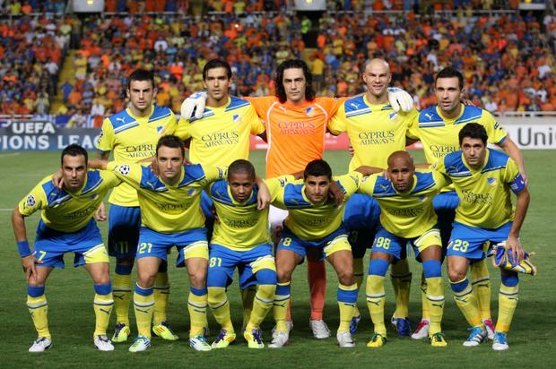 Los jugadores del FC APOEL de Chipre posan para una foto de grupo antes del inicio del partido de fútbol del Grupo G de la Liga de Campeones de la UEFA contra el Zenit en Nicosia el 13 de septiembre de 2011. AFP PHOTO / SAKIS SAVIDES (Foto: SAKIS SAVIDES / AFP)