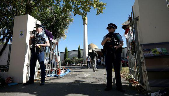 Una fotografía de archivo de la policía de Nueva Zelanda resguardando la mezquita donde ocurrió el ataque terrorista. (AFP)