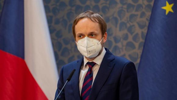 El ministro de Relaciones Exteriores de República Checa, Jakub Kulhanek, pronuncia una conferencia de prensa en Praga el 22 de abril de 2021. (EFE / EPA / MARTIN DIVISEK).