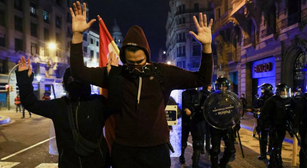 La gente levanta la mano durante una protesta en apoyo del cantante de rap Pablo Hasel después de que fuera condenado a prisión por cargos de glorificar el terrorismo e insultar a la realeza en sus canciones, en Barcelona, España. (Foto: REUTERS / Nacho Doce).