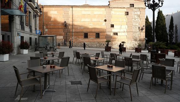 Vista de una terraza en la plaza de San Martín, en el centro de Madrid, un jueves por la tarde. El transporte, el comercio y el ocio aparecen con escasa actividad en Madrid, el principal foco de coronavirus en España. (Foto: EFE)
