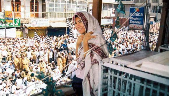 Misión sin fronteras. Desde un balcón, en algún lugar de la frontera entre Afganistán y Pakistán, Patricia Castro observa una manifestación contra la invasión de EE.UU.