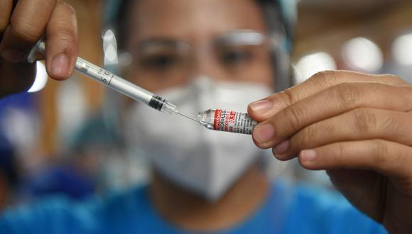 Una trabajadora de salud prepara una dosis de la vacuna Sputnik V en Manila. (Foto: Ted ALJIBE / AFP)