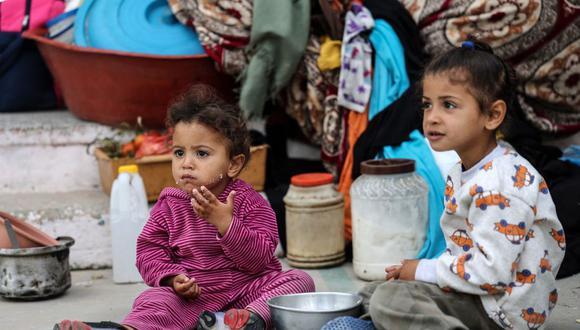 Niñas palestinas comen mientras en un refugio en una escuela de las Naciones Unidas (ONU) en Rafah, en el sur de la Franja de Gaza, el 17 de mayo de 2021. (Foto de SAID KHATIB / AFP).