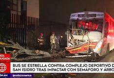 San Isidro: bus de transporte público impactó contra rejas de complejo deportivo