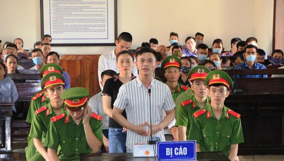 Esta imagen, publicada por la Agencia de Noticias de Vietnam, muestra a los acusados en un juicio contra los involucrados en organizar a  personas para que migren al extranjero, en relación con la muerte de 39 migrantes encontrados en un camión refrigerado en Gran Bretaña el año pasado. (Foto de VNA / Agencia de Noticias de Vietnam / AFP)