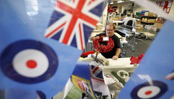 Las amapolas que lucen los políticos y famosos británicos son un homenaje a los Caídos en la Primera Guerra Mundial y un recuerdo al 11 de noviembre de 1918, el día en el que se firmó el armisticio. (Foto: AFP)