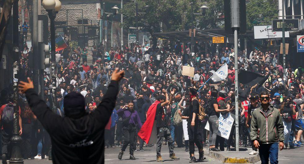 Miles de personas participan en una protesta contra el modelo económico en Valparaíso, (REUTERS / Rodrigo Garrido).