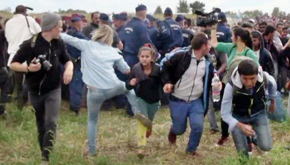 Reportera húngara planea denunciar al refugiado que pateó