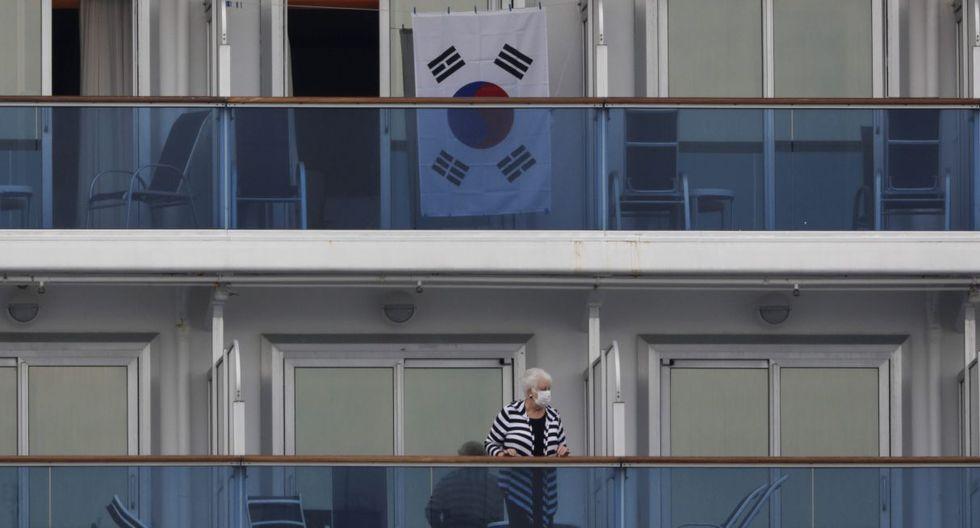 Una bandera surcoreana cuelga fuera de la cabina del crucero en cuarentena Diamond Princess el sábado 15 de febrero de 2020. (AP):