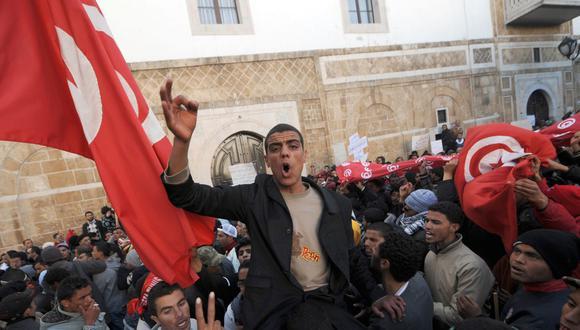 En esta foto tomada el 23 de enero de 2011, los habitantes de la región central de Túnez se manifiestan frente al palacio de gobierno. (Foto de FETHI BELAID / AFP).