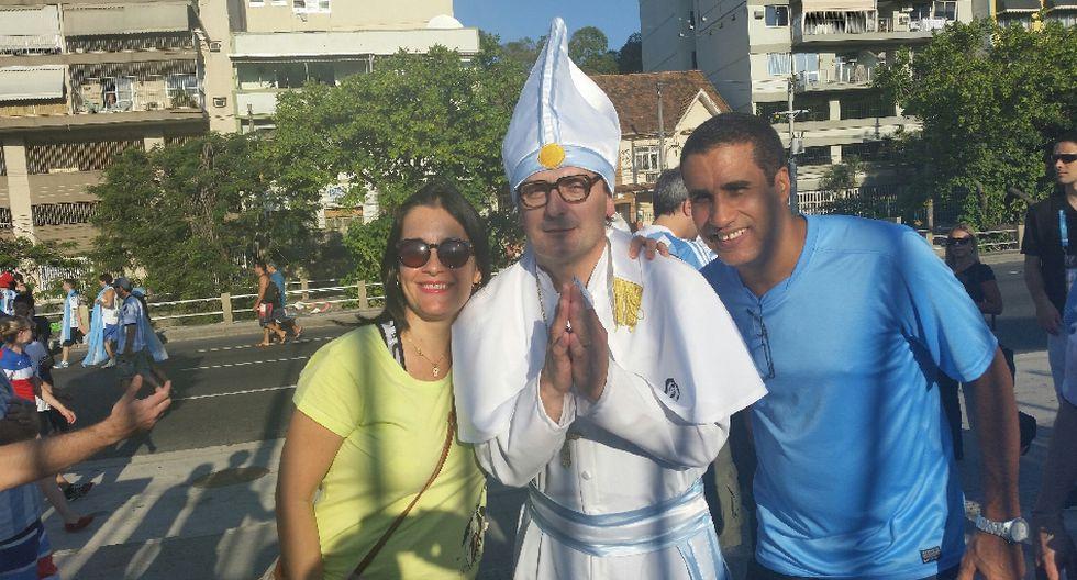 'Maradona', el 'Papa Francisco' y miles alientan a Argentina - 2