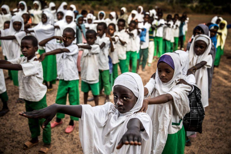 Un grupo de estudiantes fulani hacen fila en la Escuela Nómada Wuro Fulbe antes del inicio de sus clases. (AFP / Luis TATO).