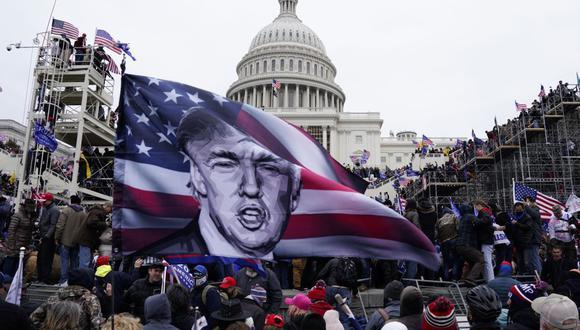 Fanáticos de Donald Trump asaltan los terrenos del Capitolio el 6 de enero del 2021. (EFE / EPA / WILL OLIVER).