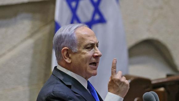 El primer ministro de Israel, Benjamin Netanyahu, hace gestos mientras se dirige a los legisladores antes de la votación sobre un nuevo gobierno en la Knesset. (EMMANUEL DUNAND / AFP).