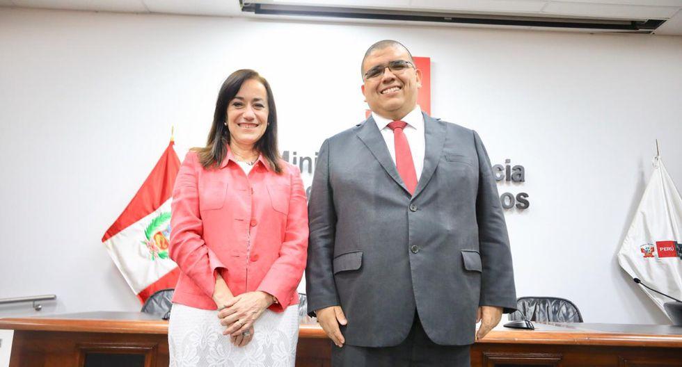 El nuevo ministro Fernando Castañeda junto a la saliente titular del Minjusdh, Ana Teresa Revilla. (Foto: @MinjusDH_Peru)