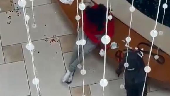 Los oficiales todavía están buscando al tirador y los bomberos están afuera, planeando ingresar al centro comercial cuando la policía anuncie que es seguro, según informó el medio Local 10 News. (Foto: Captura de video).