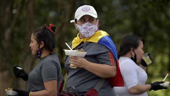 Los migrantes venezolanos esperan abordar un autobús con la esperanza de poder regresar a su país debido a la nueva pandemia de coronavirus COVID-19 en Bogotá, el 29 de abril de 2020. (Foto por Raúl ARBOLEDA / AFP).