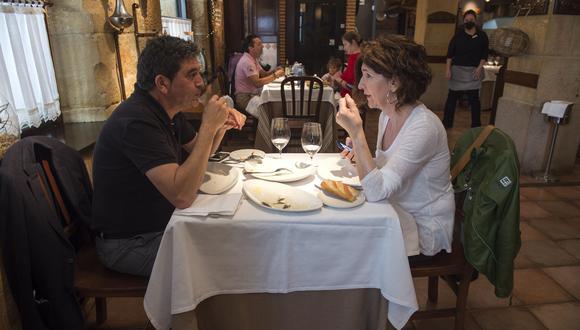 En España se permitió la reapertura de restaurantes. (Foto: ANDER GILLENEA / AFP).
